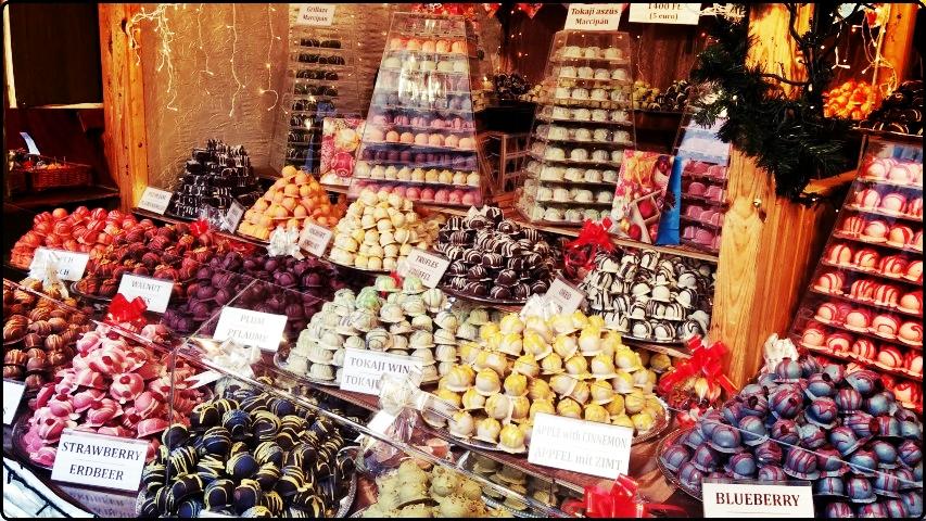 Budapest Christmas Market Vörösmarty tér | עוגיות צבעוניות בכיכר וורסמרטי