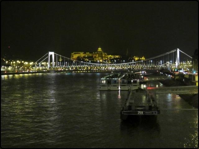 Budapest - Danube | הדנובה מוארת בלילה, מבט מגשר החרות