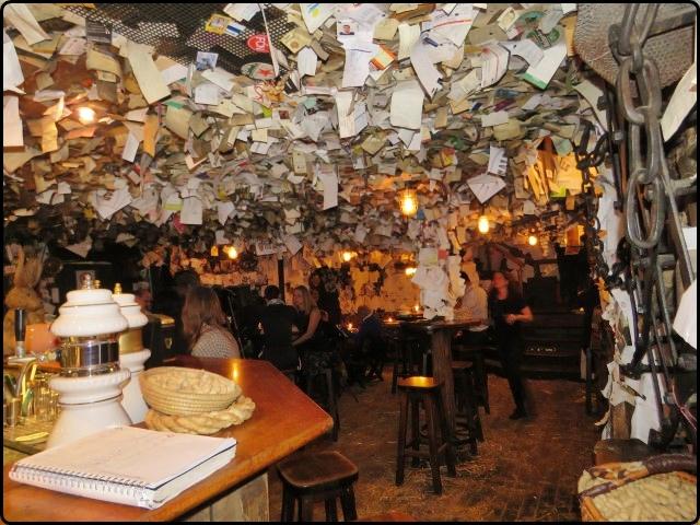 פאב פור סייל - כל קירות מלאים בפתקים | Budapest - For Sale Pub