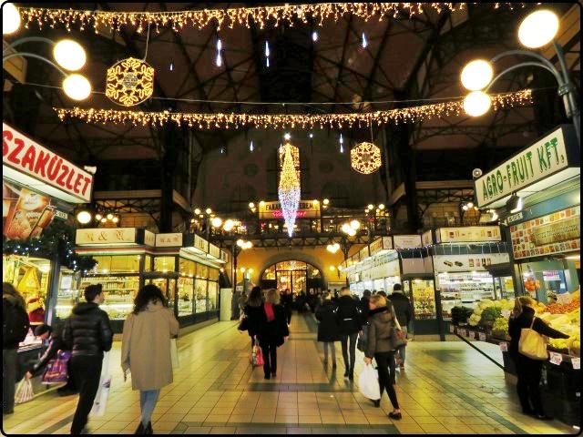 השוק המקורה בבודפשט מתכונן לחג