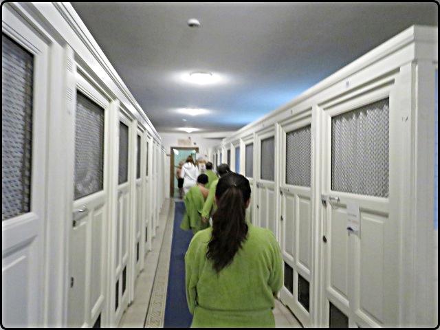 Bodapest - Széchényi Spa Cabins | בודפשט - תאי הלבשה פרטיים במרחצאות סצ'ני