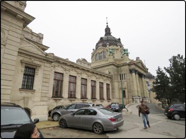 Bodapest - Széchényi Spa Entry | בודפשט - הכניסה למרחצאות סצ'ני