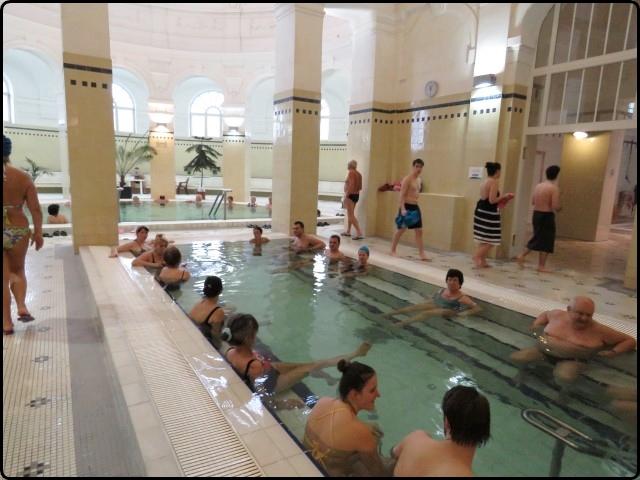 Bodapest - Széchényi Spa inside pools | בודפשט - בריכות פנימיות במרחצאות סצ'ני
