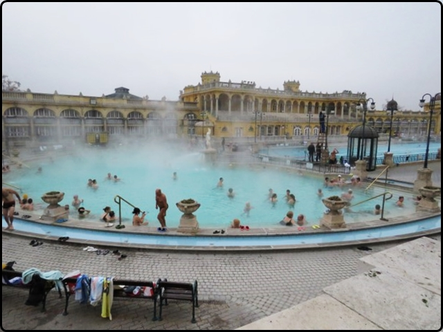 Bodapest - Széchényi Spa | | בודפשט - הבריכה החיצונית במרחצאות סצ'ני