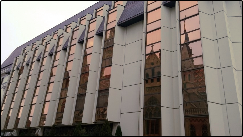 Budapest - Hilton Hotel | בודפשט - מלון הילטון - העיר משתקפת על קירותיו