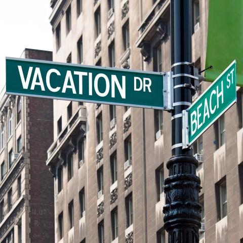 שלט vacation בפינת רחוב בניו יורק