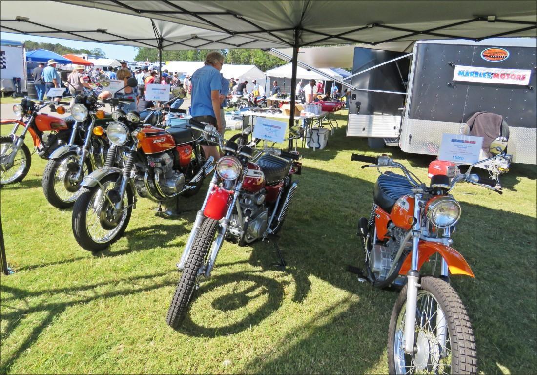 מתחם של אופנועים ואביזרים חדשים למכירה - פסטיבל אופנועים באלבמה