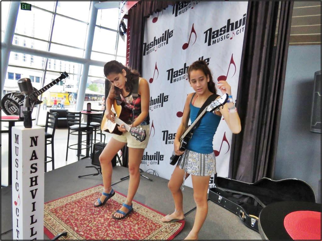 אושרה קמחי - על המזוודות. נאשוויל עם ילדים מרכז המבקרים של נאשוויל Nashville Visitors Center 2