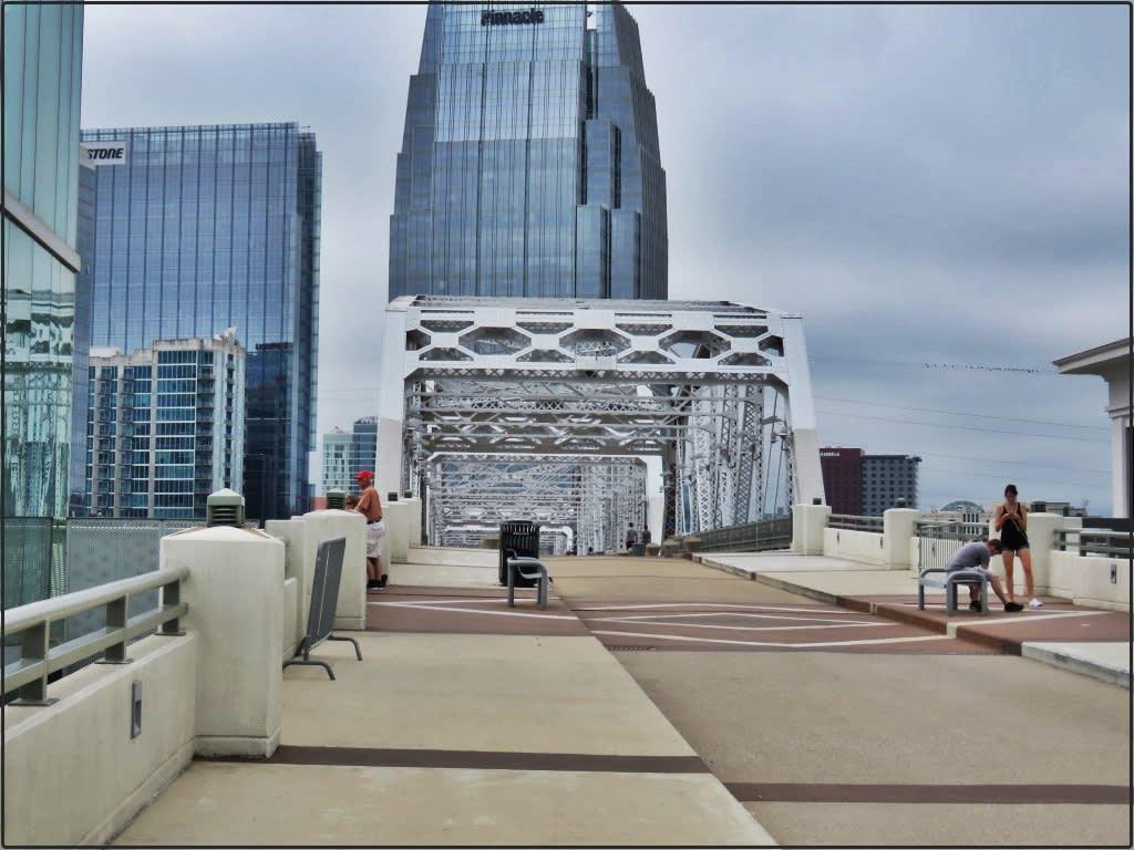 אושרה קמחי - על המזוודות. נאשוויל John Seigenthaler Pedestrian Bridge