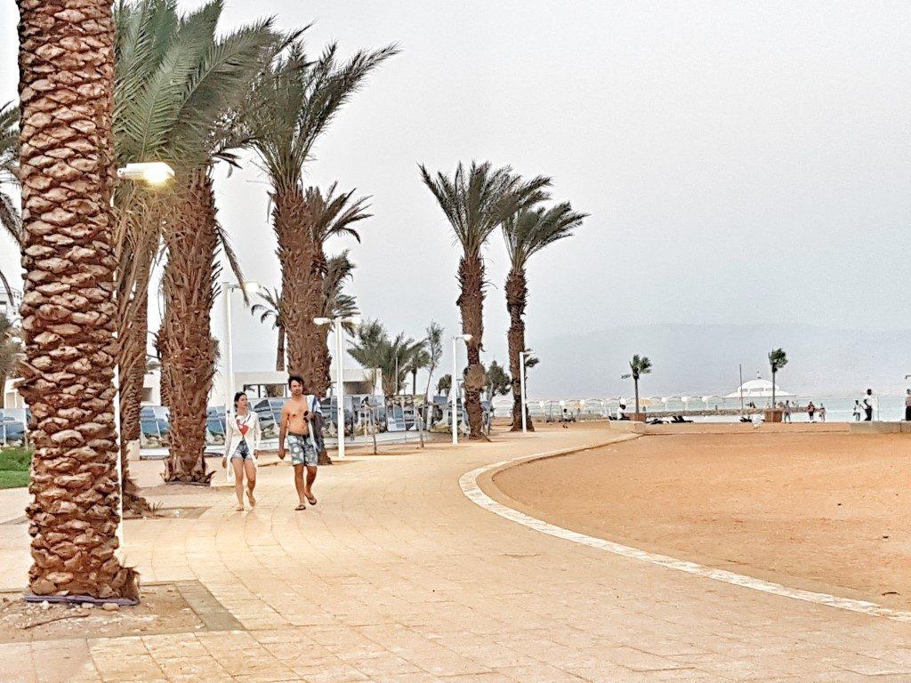 אושרה קמחי - על המזוודות.  טיול אופנועים בישראל - טיילת המלונות ים המלח