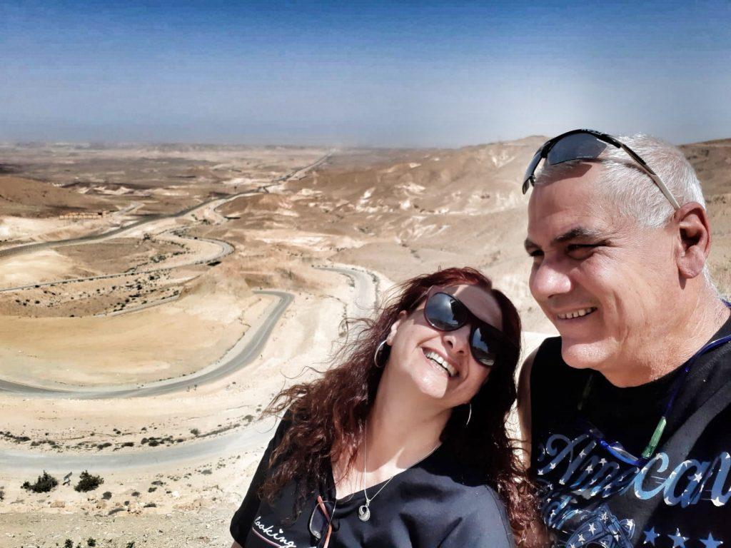 אושרה קמחי - על המזוודות.  טיול אופנועים בישראל - כביש  10 תצפית קדש ברנע