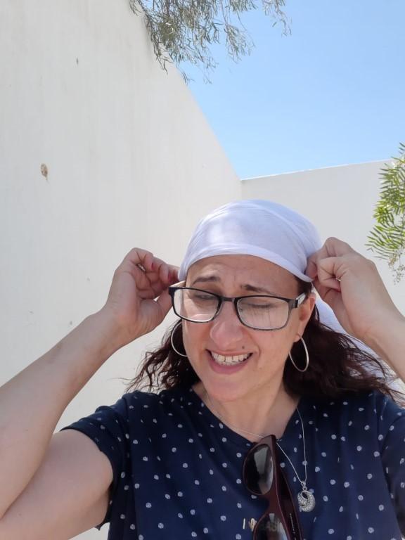 אושרה קמחי - על המזוודות. טיול בישראל עם אופנוע - אני עם כפיה