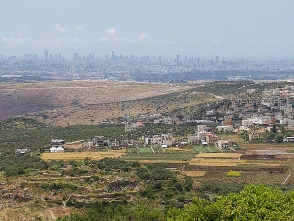 אושרה קמחי - על המזוודות. טיול בישראל עם אופנוע - המרפסת של המדינה מושב פדואל