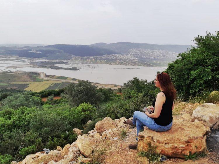 אושרה קמחי - על המזוודות. טיול בישראל עם אופנוע - הררית - תצפית על בקעת בית נטופה