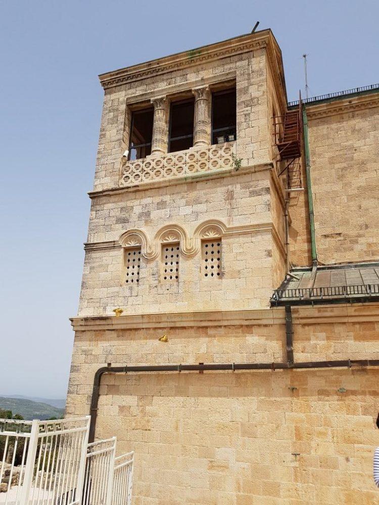 אושרה קמחי - על המזוודות. טיול בישראל עם אופנוע - כנסיית ההשתנות הר תבור