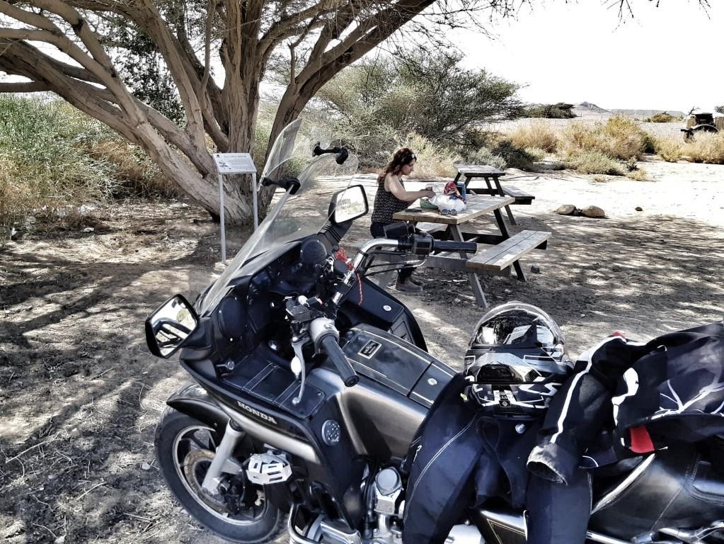 אושרה קמחי - על המזוודות.  סובב ישראל 9 ימים על אופנוע - חניון הזיל דרך השלם בערבה