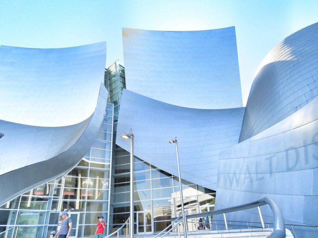 אושרה קמחי על המזוודות - מסלול טיול בלוס אנג'לס - Walt Disney Concert Hall