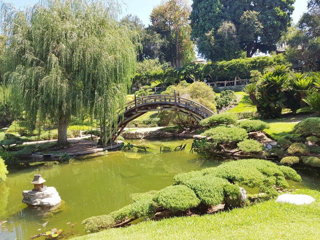 אושרה קמחי על המזוודות - טיול בלוס אנג'לס - גני הנטינגטון - The Huntington Library, Art Museum, and Botanical Gardens