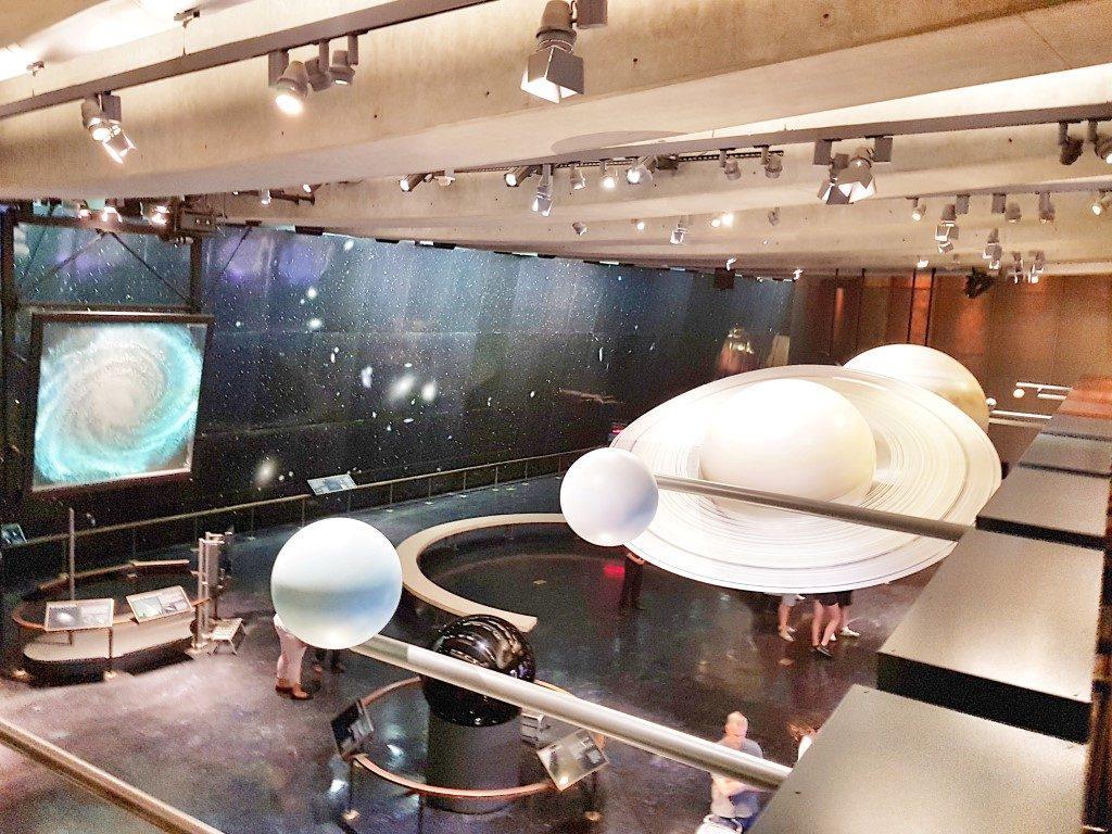 אושרה קמחי על המזוודות - אטרקציות לילדים בלוס אנג'לס - מצפה כוכבים בגריפית פארק Griffith Observatory