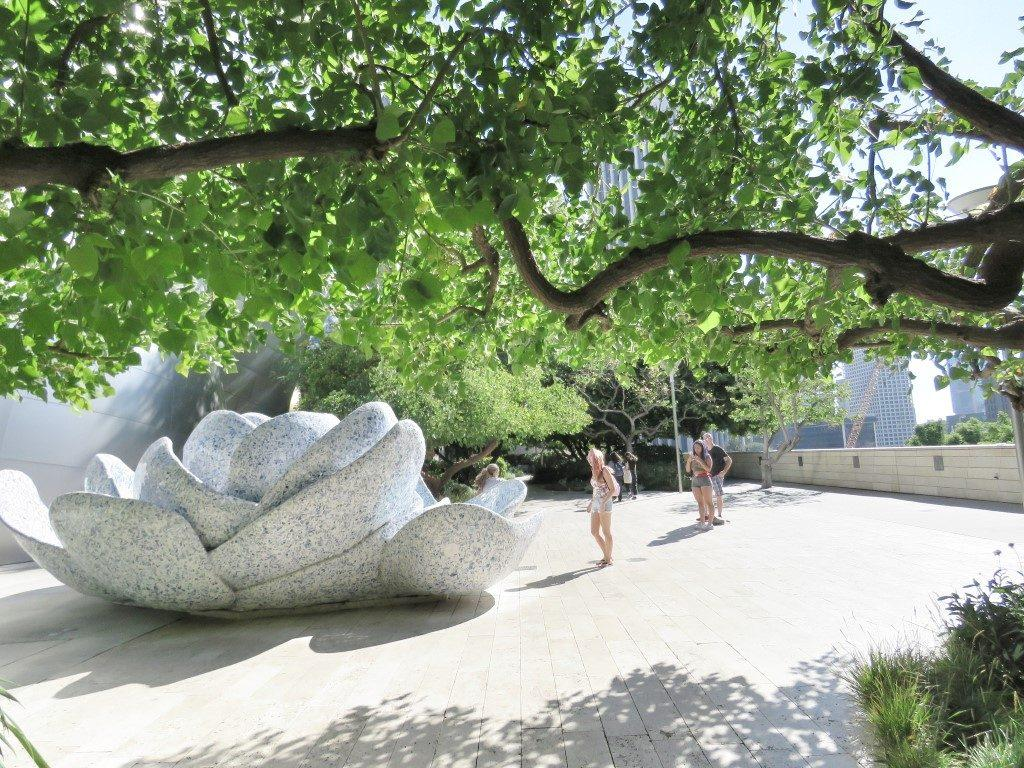 אושרה קמחי על המזוודות - אטרקציות בדאון טאון לוס אנג'לס - Blue Ribbon Garden