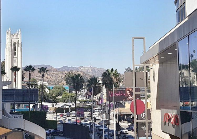 תצפית על השלט של הוליווד ממתחם דולבי בשדרת הכוכבים בלוס אנג'לס