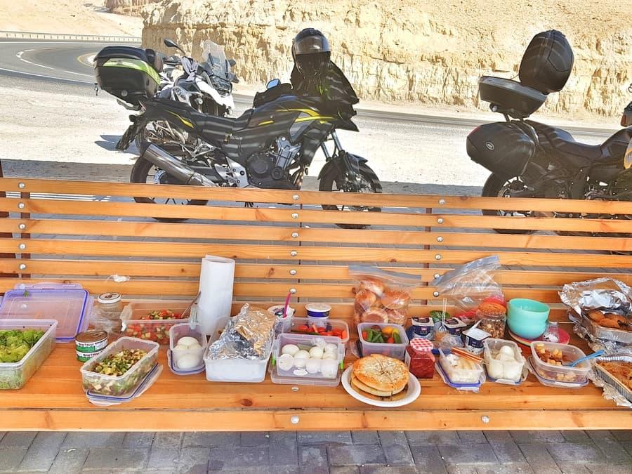 ארוחת בוקר על ספסל כשברקע אופנועים - אושרה קמחי