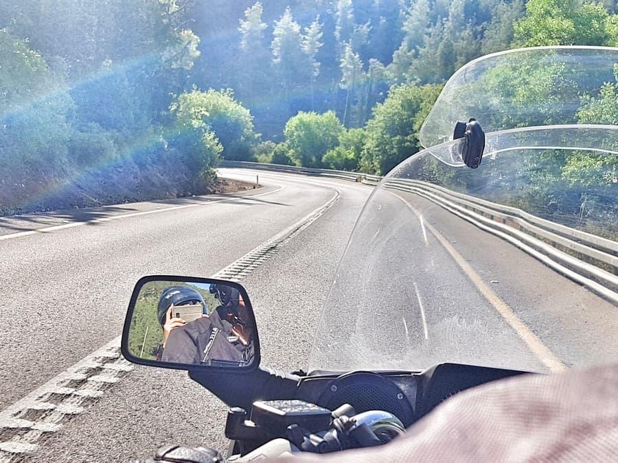 אופנוע על הכביש באזור ירושלים - אושרה קמחי